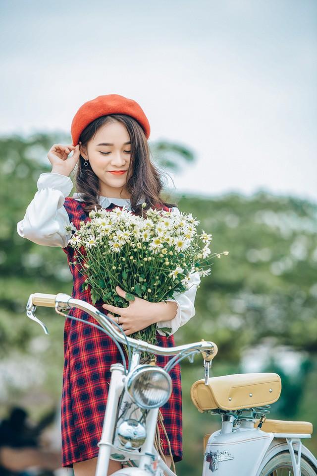 Bộ ảnh này được Ngọc Anh và nhiếp ảnh Lê Xuân Bách chụp trong những ngày đông Hà Nội, khi những đoá cúc hoạ mi nở rộ.