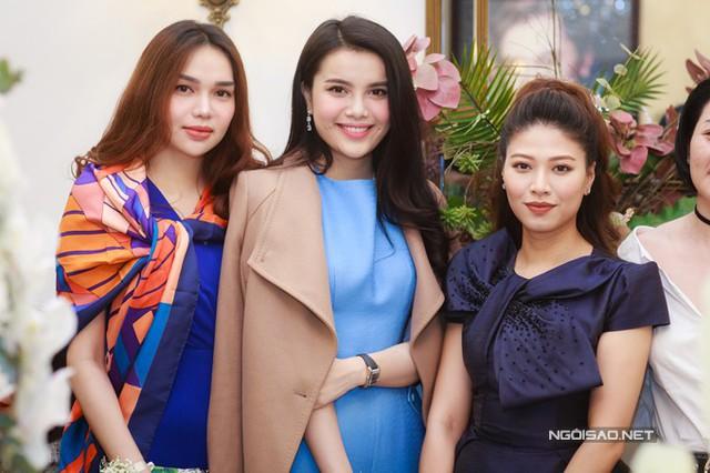 Hai chị em Hoa hậu Diệu Hân, Á hậu Đại dương Diệu Thuỳ khiến nhiều vị khách không nhận ra vì khá giống nhau.