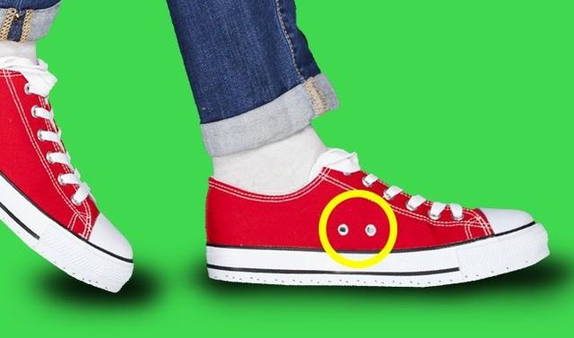 Tưởng chừng như đây chỉ là một chi tiết trang trí nhưng không, những lỗ hổng trên thân giày thể thao của bạn thực sự có một mục đích sử dụng. Các lỗ này cho phép không khí lưu thông xung quanh giày và giúp chân bạn thoáng khí. Điều này ngăn cho bàn chân của bạn khỏi bị đổ mồ hôi.