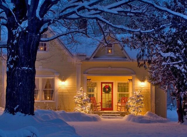 Chỉ cần ngang qua căn nhà với hai chiếc ghế đỏ ngay ngoài hiên và chiếc vòng nguyệt quế treo trên cánh cửa đỏ, bạn sẽ thấy không khí Noel đã gõ cửa từng nhà.
