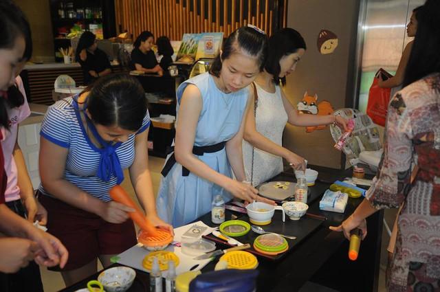 Thực hành làm món ăn dặm, một trong những hoạt động bổ ích của CLB Mẹ Nhật Nuôi Con tại Việt Nam