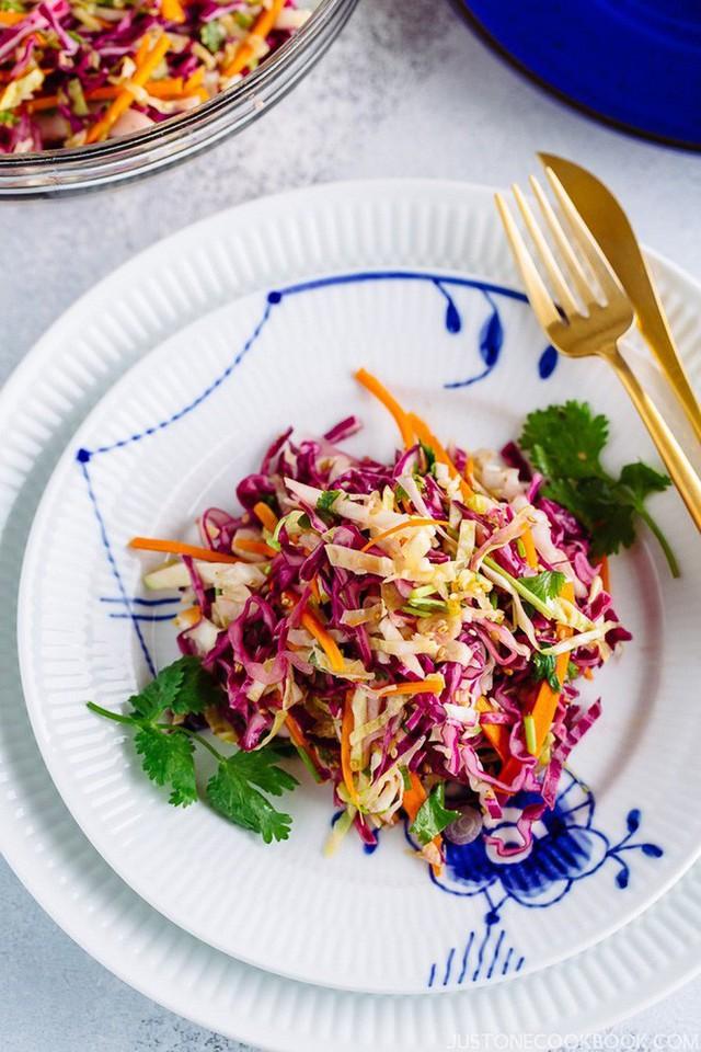 Chúc các bạn thành công với cách làm salad bắp cải này nhé!