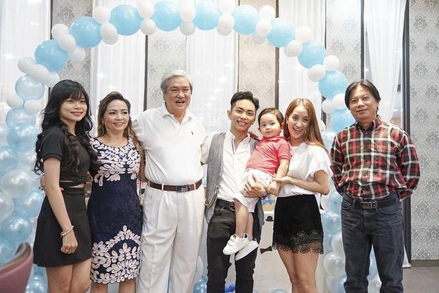 Khánh Thi và gia đình bên chồng trong ngày sinh nhật con trai. Cô thừa nhận làm dâu nhà chồng đại gia khá thoải mái, không phải động tay động chân đến bất cứ việc gì.