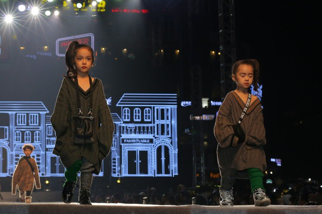 """Bộ sưu tập """"Urban Cool"""" kể về câu chuyện của sự giao thoa giữa quá khứ và hiện đại, được khơi nguồn cảm hứng từ sự hồi sinh của xu hướng thời trang thập niên 80, 90 với chủ nghĩa tối giản cùng trào lưu thời trang, âm nhạc đường phố, tạo ra phong trào thanh niên đậm chất """"Grunge"""", """"Tomboyish"""" mang tính biểu tượng nhất của thập kỷ này."""