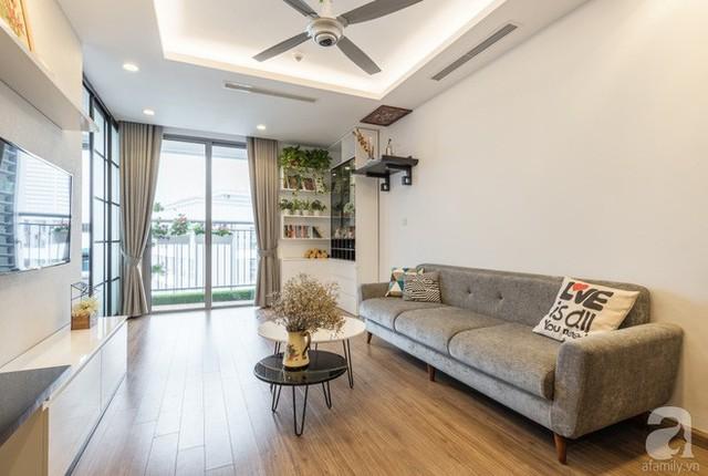 Sự liên kết màu sắc đầy ấn tượng, giữa gam màu trắng làm tông nền cho toàn bộ không gian, màu ghi xám được chọn lựa làm màu nhấn. Ghi xám kết hợp ăn ý giữa tường đối diện sofa, sofa, quạt trần và rèm cửa sổ.
