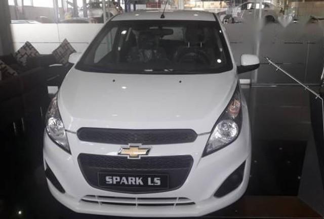Chevrolet Spark vượt mặt Kia Morning, trở thành ô tô hạng A rẻ nhất Việt Nam.