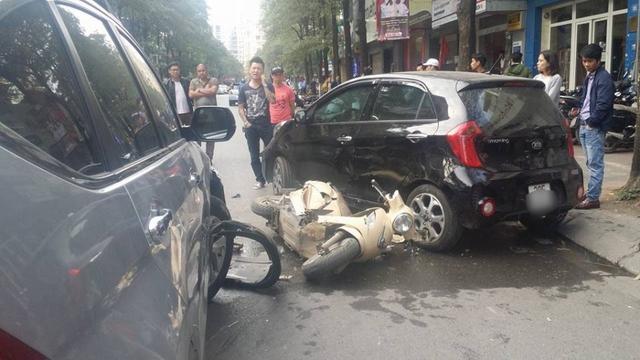 Hiện trường vụ tai nạn khiến hai mẹ con đi xe máy bị thương (Ảnh otofun)