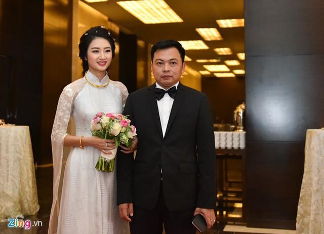 Buổi tiệc hôm nay chỉ có người thân và gia đình nên Thu Ngân không mặc váy cưới lộng lẫy như những cô dâu khác.