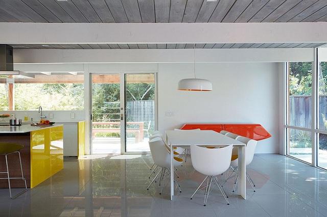 Màu đơn sắc của gỗ có thể được cải thiện cho đẹp mắt hơn bằng việc quét màu và sơn bóng.