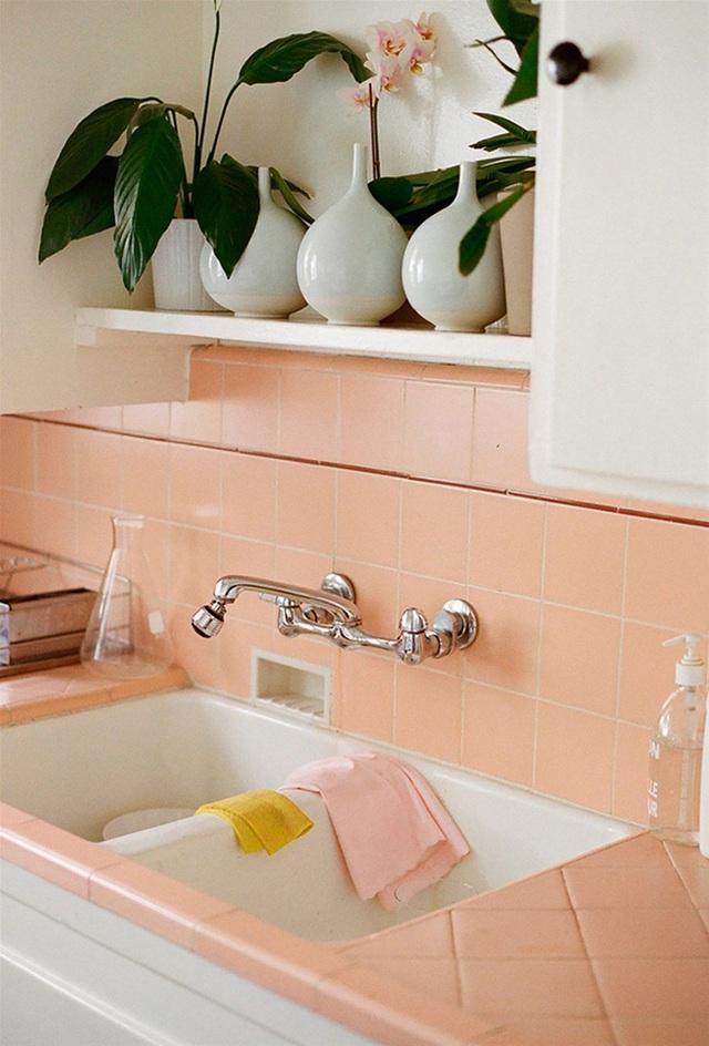 Gạch màu hồng cam nhẹ cho phòng bếp nhẹ nhàng, tinh tế.