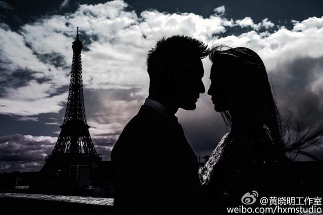 Đây là khoảnh khắc Anglababy và ông xã tạo dáng trước tháp Eiffel ở thủ đô Paris, Pháp.