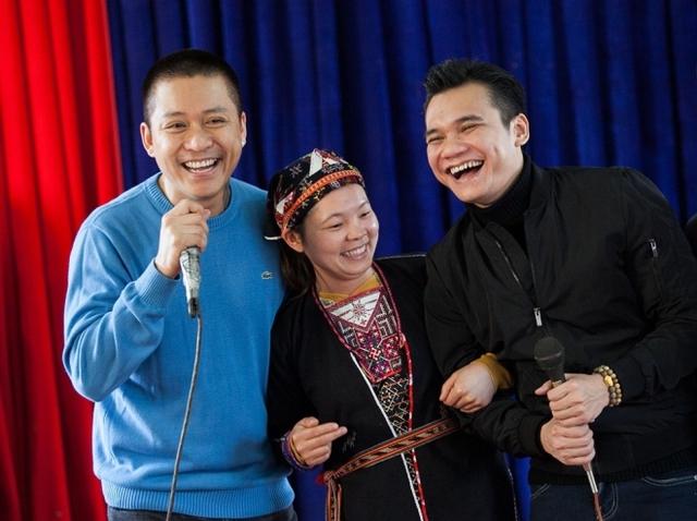 Tuấn Hưng và Khắc Việt (phải) giao lưu văn nghệ với người dân.
