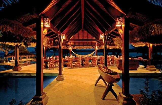 Nhà hàng được thiết kế nổi trên mặt nước, bố trí thành các khu vực riêng biệt, có thể phục vụ cả đoàn khách lớn và các cặp đôi muốn riêng tư. Ảnh: Virgin Limited Edition.