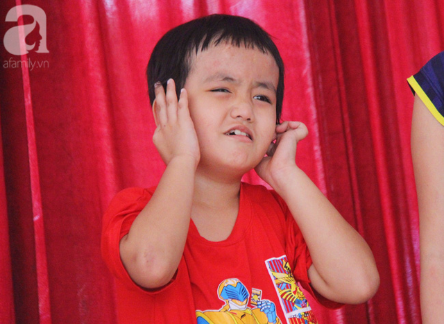 Biểu cảm đáng yêu của bé trai 5 tuổi khi tham gia trò chơi sinh hoạt đầu tuần tại trung tâm