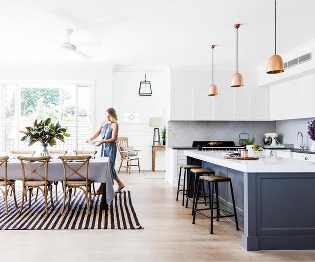 7. Phòng bếp hiện đại màu trắng và không gian phòng ăn theo phong cách rustic với những chiếc ghế gỗ theo phong cách chiết trung đáng yêu.