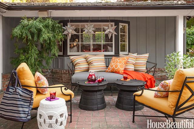 7. Những tone màu ấm như đỏ, vàng, cam là những gam màu không thể thiếu của mùa thu. Chính vì vậy cũng đừng quên áp dụng những gam màu này cho không gian bên ngoài của bạn. Ghế khung sắt đặt thêm nệm và gối tựa lưng có thể biến thành chiếc ghế hoàn hảo. Cách này sẽ giúp bạn tiện cho việc di chuyển khi thời tiết không thuận lợi thay vì sử dụng ghế sofa nệm cố định cho không gian ngoài trời.