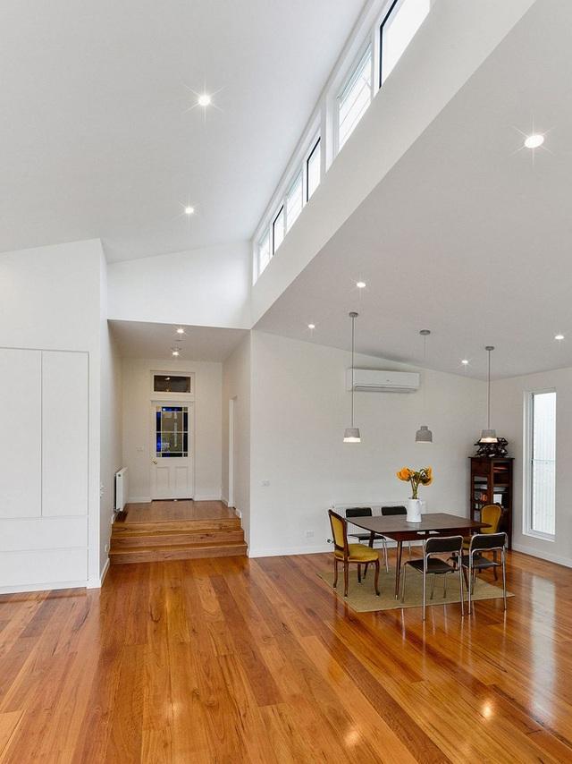 Ngôi nhà trở nên sáng sủa, tươi mát hơn chính là nhờ hệ thống đón ánh sáng tự nhiên từ các cửa sổ lớn bằng thủy tinh trong suốt bố trí khắp nhà.
