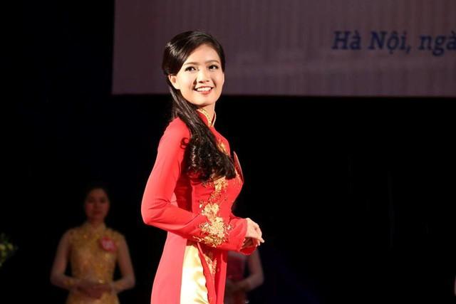 Năm học 2015-2016, Hồng Anh cũng tham gia cuộc thi nữ giáo viên tài năng, duyên dáng Hà Nội.