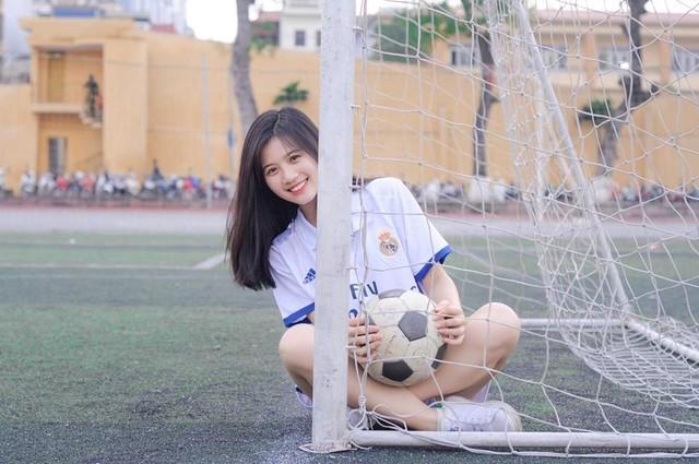 Linh Chi cũng có niềm đam mê với bộ môn bóng đá và thường xuyên theo dõi các các trận bóng trên truyền hình. Gần đây nhất, Linh Chi cũng đăng ký tham gia giải bóng đá nữ do Học viện An ninh nhân dân tổ chức.
