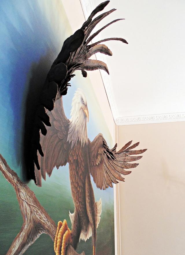 Hình ảnh chú chim đại bàng trông cũng y như thật với đôi cánh sải rộng vươn ra ngoài.