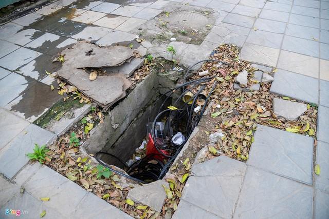 Những chiếc hố như thế này trên phố Trung Kính (quận Cầu Giấy) còn kiêm luôn một chiếc thùng chứa rác.