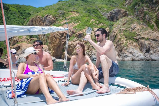 Một số bạn bè thân thiết của cặp đôi, trong đó có cựu người mẫu Đức Hải (thứ ba từ phải sang) cũng tham gia chuyến du lịch Nha Trang.