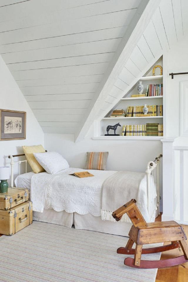 Một không gian giành cho trẻ được thiết kế khá tinh tế khi đặt các vali hành lí ở đầu giường và coi nó như một tủ đựng nhỏ. Một con ngựa đu để cho bé chơi vào những lúc rảnh rỗi được đặt ngay cuối chiếc giường.