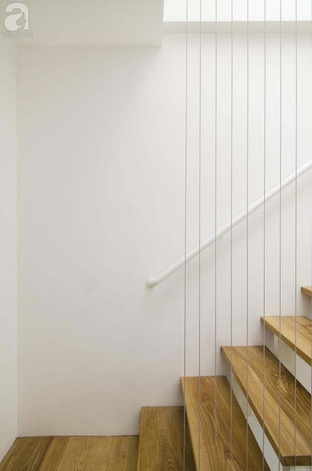 Kiểu cầu thang mặt gỗ sáng kèm dây cáp mang đến cái nhìn thoáng mắt, hiện đại, hợp với không gian nhà nhỏ.