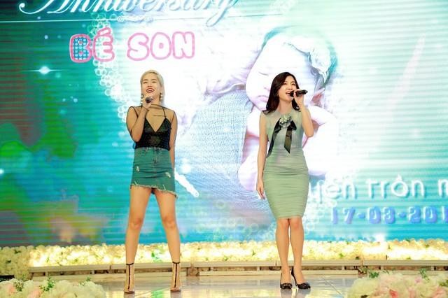 Hai học trò của Tuấn Hưng là Hạnh Sino và Yến Lê cũng đến chúc mừng và hát tặng gia đình.