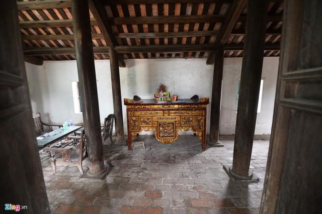 Nhà có 3 gian thiết kế theo phong cách truyền thống nông thôn Việt Nam, với 4 hàng cột với 16 cây cột to làm từ gỗ lim.