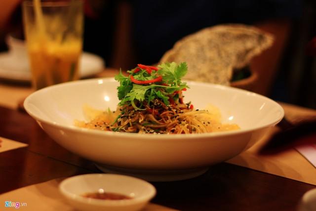 Gỏi sứa được xem là món ăn nhất định phải thử khi đến Nha Trang.