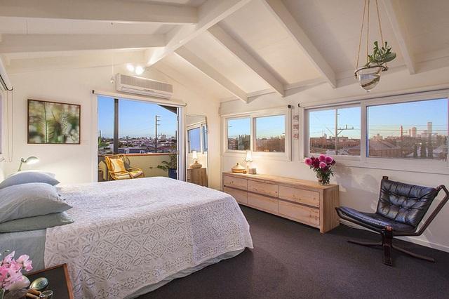 Phòng ngủ yên tĩnh và hiện đại với tông màu trắng tinh khiết. Ở không gian này chủ nhân còn có tầm nhìn rộng ra cảnh quan của toàn thành phố Melbourne.