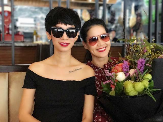 Cựu siêu mẫu Xuân Lan cũng đến tặng hoa và mừng tuổi mới cô bạn Thân Thúy Hà.
