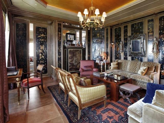 Một số phòng được trang trí khác biệt hẳn mang phong cách cổ điển.
