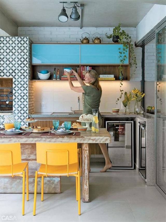 Tủ bếp màu xanh dương cùng ghế ngồi màu vàng khiến cho phòng bếp trở nên thật bắt mắt.