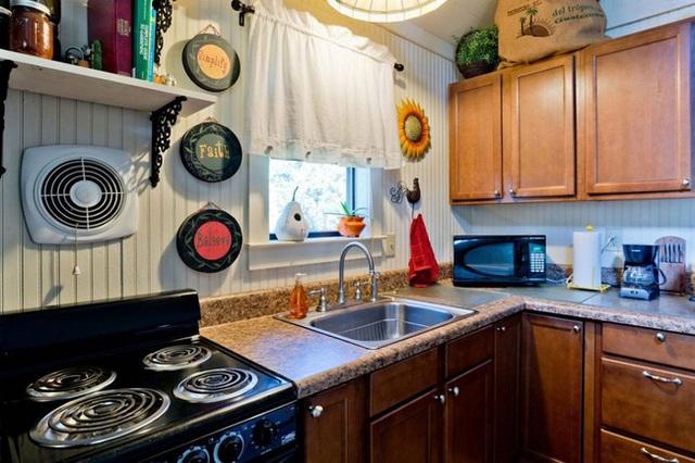 Những món đồ phụ kiện handmade do chính tay chủ nhân làm ra được trưng bày ở cửa sổ phòng bếp.