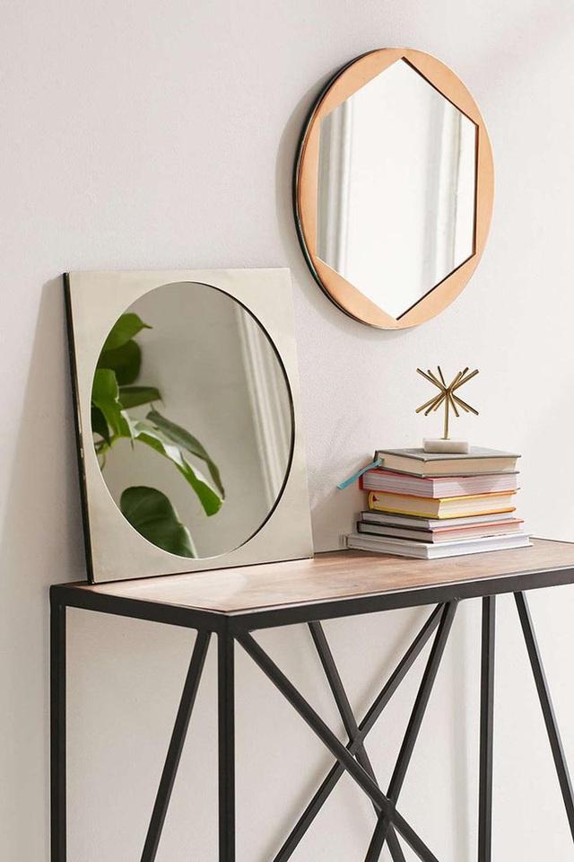 6. So với kiểu gương hình tròn thường thấy thì rõ ràng là mẫu gương hình lục giác này nổi bật hơn hẳn.