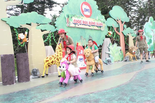 """Bé Daisy, con gái MC Minh Trang hào hứng cưỡi thú bông trong """"Cuộc đua rừng xanh""""."""
