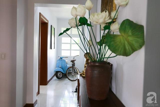 Lối vào nhà ẩn chứa một thoáng Việt Nam.