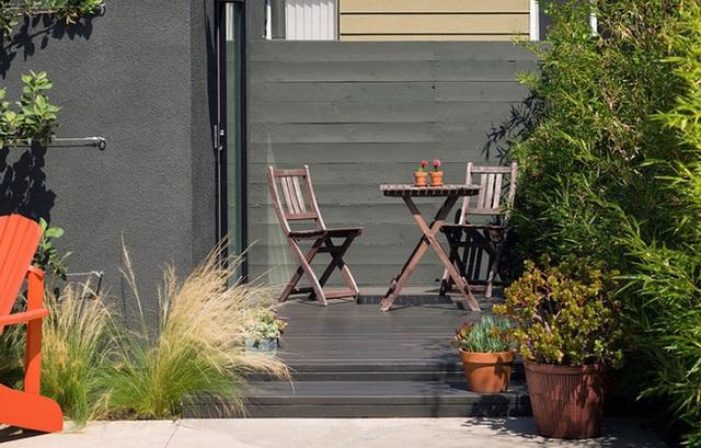 Không gian nhiệt đới với cây xanh, hoa cỏ bao quanh giúp không khí ngôi nhà luôn tươi mát và dễ chịu.