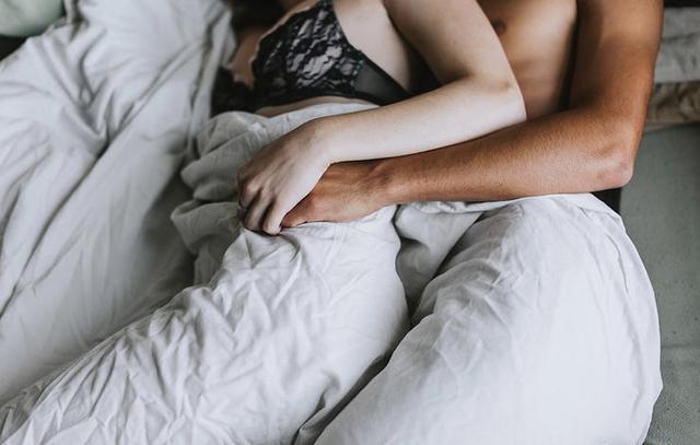 """Nếu khu vực đầu gối của bạn đang bị đau, đừng lựa bắt buộc phải """"yêu"""" ở tư thế tì gối xuống giường. (ảnh minh họa)"""