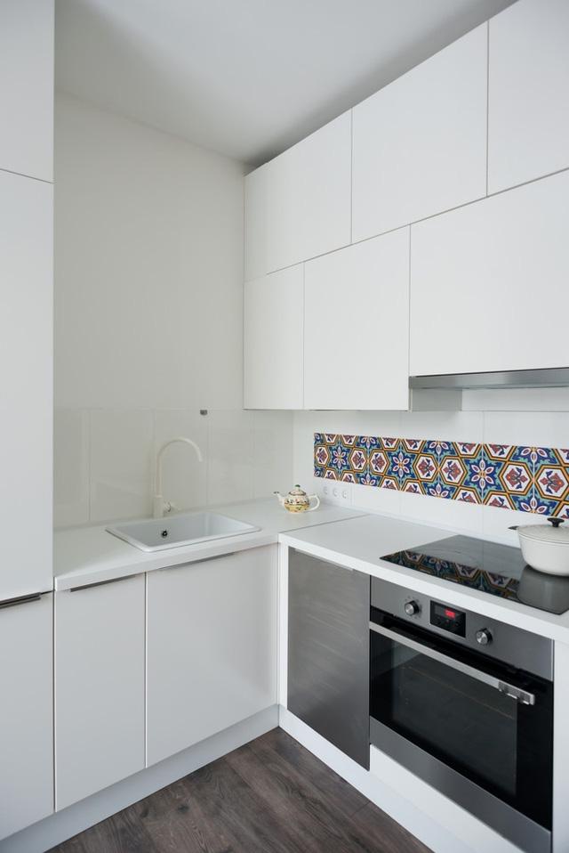 Bếp ăn với nội thất mang tông trắng. Màu trắng giúp không gian có cảm giác rộng hơn thực tế. Tuy nhiên, kiến trúc sư vẫn khéo léo sử dụng gạch hoa để tạo điểm nhấn cho căn bếp nhằm tách biệt không gian.