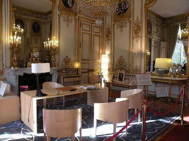 Salon des Portraits, Phòng Chân dung, là căn phòng treo chân dung của tất cả các nhà lãnh đạo lỗi lạc trên thế giới.
