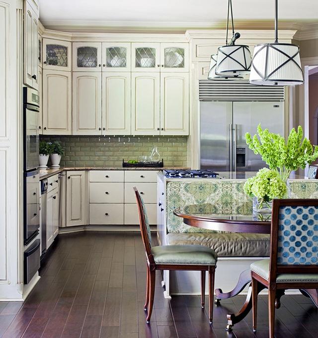 7. Vẻ đẹp của không gian ăn có thể dễ dàng được đóng góp bằng màu gỗ tối của những món đồ nội thất, và sự kết hợp ăn ý với những chiếc ghế băng bọc nệm làm tôn lên màu xanh lá.