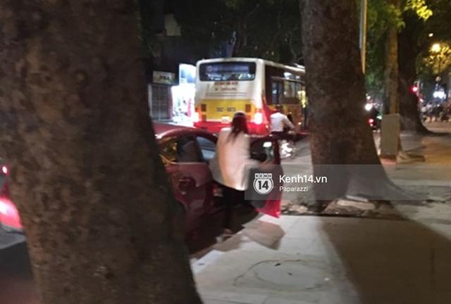 Một lúc sau, Hương Giang trở ra và nhanh chóng lên xe...