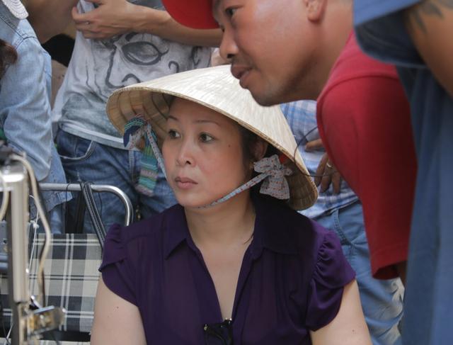 Ngoài vai trò diễn viên, Hồng Vân còn là nhà sản xuất phim. Chị tập trung cao độ khi làm việc trên phim trường.