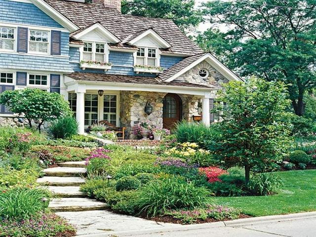 Nhìn vào thiết kế này thì bạn đã hiểu tại sao chúng tôi phải khăng khăng khuyên bạn là nên sử dụng diện tích trước nhà để trồng hoa và cây chưa. Ngôi nhà này trông rực rỡ và tỏa sáng dưới ánh mặt trời thế này là nhờ khu vườn đầy hoa trước nhà đấy mà.