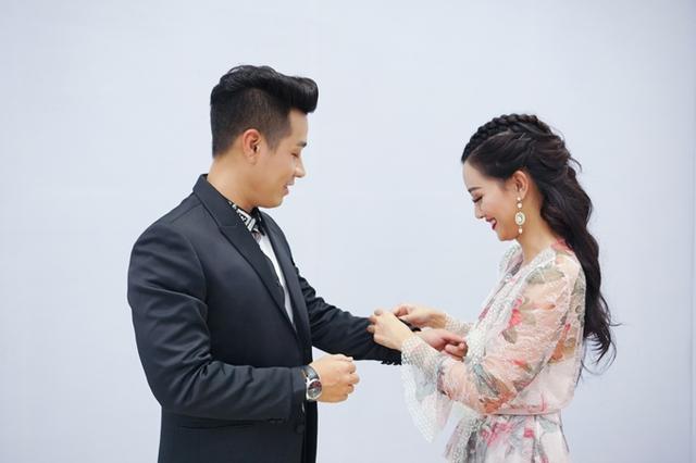 Quỳnh Chi cho biết, cô chưa có nhiều kinh nghiệm dẫn các show giải trí nên được Nguyên Khang tư vấn.