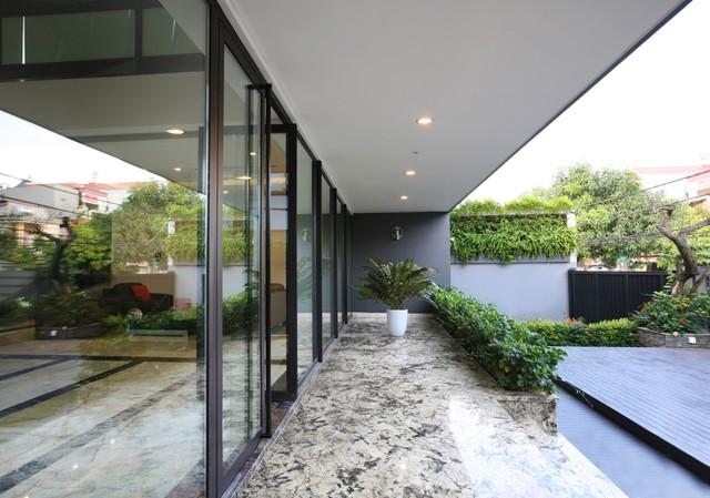 Hồ nước trước sân không chỉ có tác dụng về thẩm mỹ mà còn làm mát không khí trước khi gió thổi vào nhà.