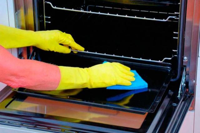 Sử dụng giấm sẽ giúp lò vi sóng trông như mới. Đổ một chút giấm lên bề mặt của miếng bọt biển, đóng cửa lò vi sóng và chờ trong vài giờ. Sau đó lau nhẹ nhàng những vết bẩn bằng một chiếc khăn mềm. Chà những vết bẩn nghiêm trọng hơn bằng bàn chải. Sau đó làm sạch một lần nữa bằng cách lau bằng khăn mềm và nước sạch.